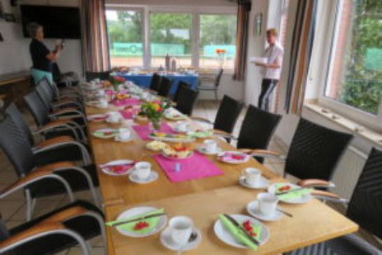 Sektfrühstück der Tennisdamen mit anschließenden Tennismatches